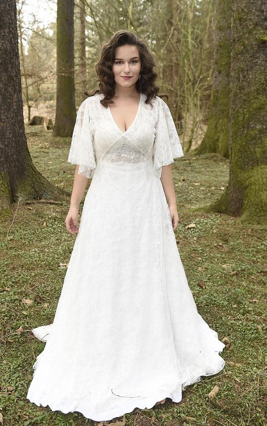 Elly při natáčení klipu svým lookem připomínala boho nevěstu.