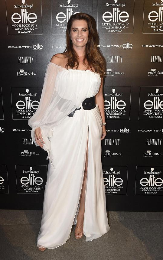 Šaty z hedvábného saténu vytvořil držitelce Miss Slovensko 2009 Barboře Franekové Michael Kováčik.