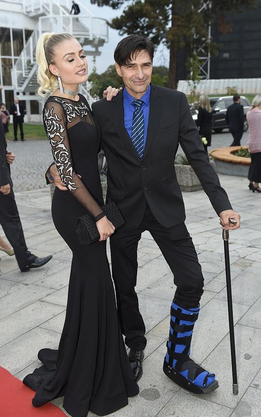 Partnerka Zdeňka Podhůrského zvolila róbu správně, herec nikoliv a noha v ortéze ho neomlouvá.
