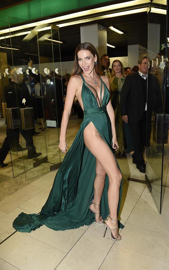 Modelka okamžitě upoutala svými šaty.