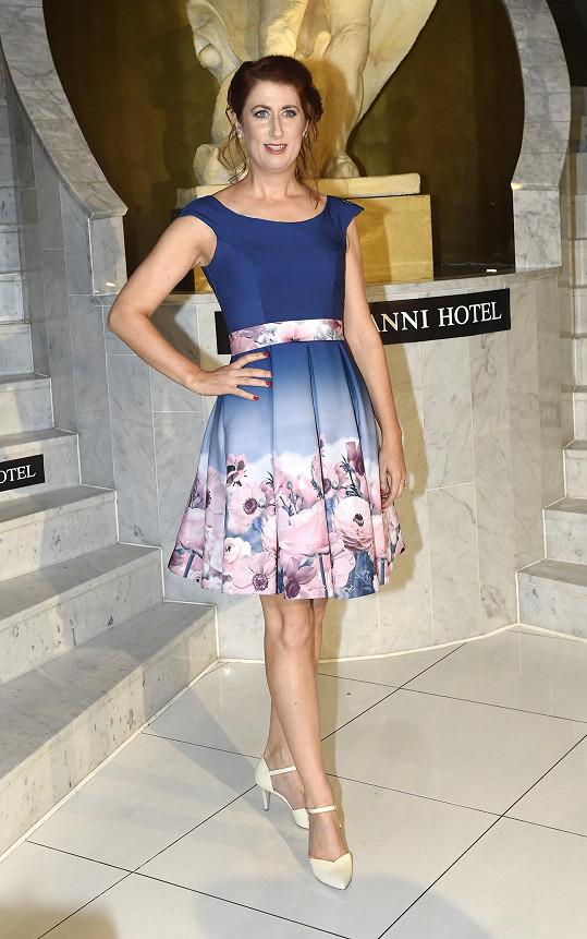 Monika Trávníčková zvolila na prvomájový koncert květované šaty.