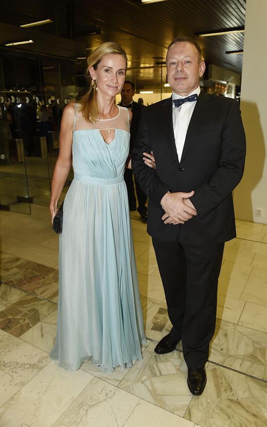 Michal Dvořák s manželkou Lucií, která oblékla šaty od Beaty Rajské.