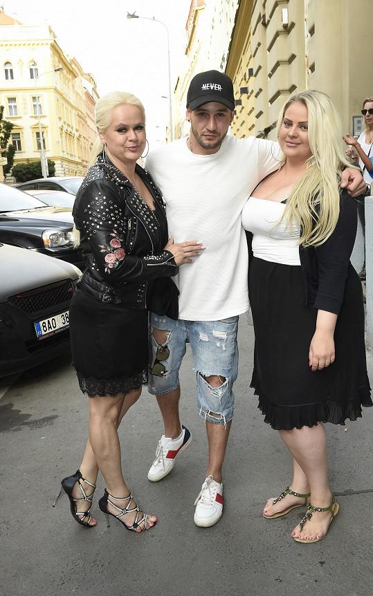 Charlotte s mámou Monikou a Sámerem Issou přicházejí na křest.