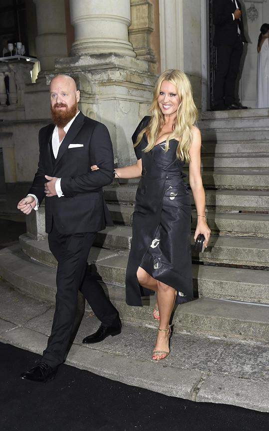 Simona s manželem, který mohl za zpackaný dress code.