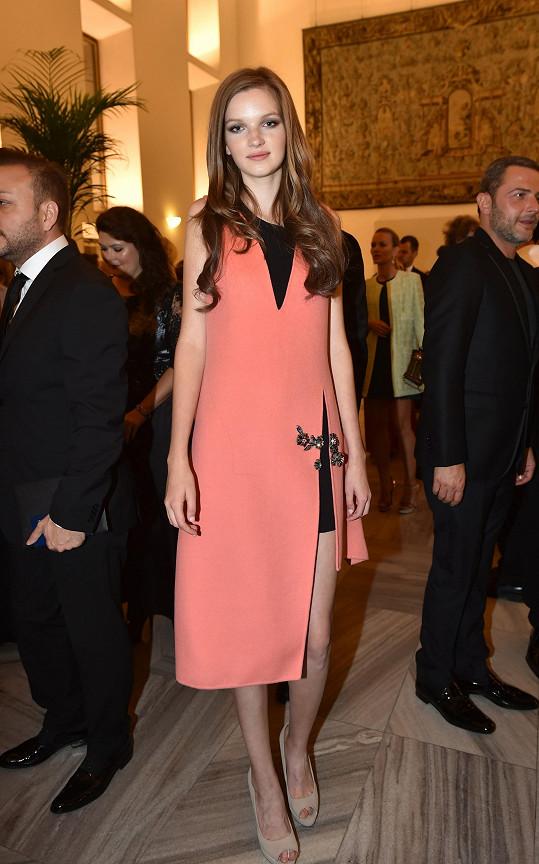 Svěží barva meruněk šatů aktuální kolekce módního domu Dior koresponduje s věkem mladičké modelky Evy Klímkové, minimalistický střih i nápaditá květinová výšivka zase odpovídá slavnostní povaze akce.