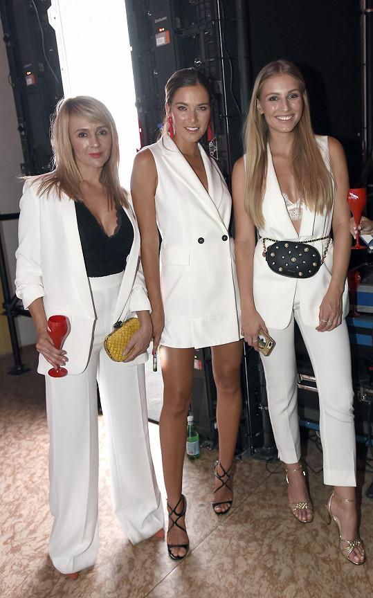 Českou Miss Earth 2015 doprovodila její maminka Radka (vlevo). Karolína se potkala také s kolegyní Andreou Bezděkovou.