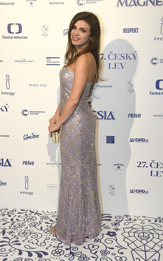 Denisa Pfauserová oblékla model od Kamily Vodochodské.
