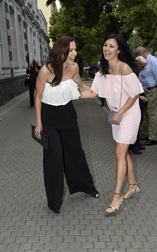 Na párty se Petra pobavila s kamarádkou Radkou Kocurovou.