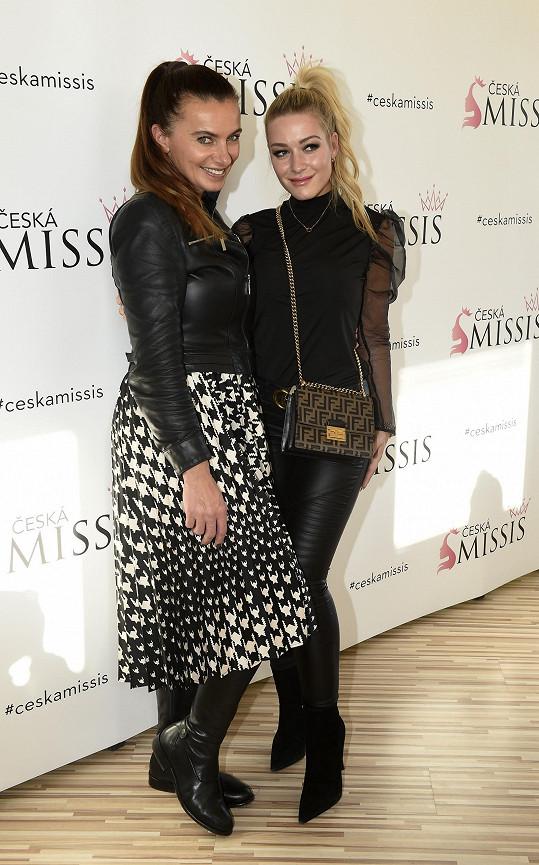 Dominika s ambasadorkou soutěže, v níž se volí nejkrásnější maminka, Alicí Bendovou.