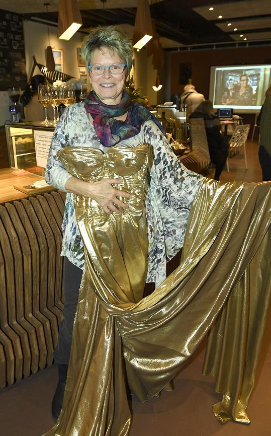 Ivana Follová se zlatými svatebkami, které navrhla pro Dagmar Peckovou.