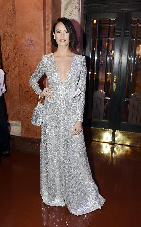 Monika Leová ve stříbrných šatech od Táni Kovaříkové