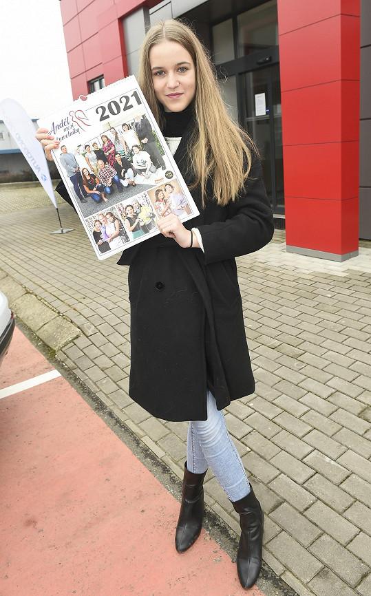 Amelie s kalendářem soutěže Anděl mezi zdravotníky, pro který také pózovala.