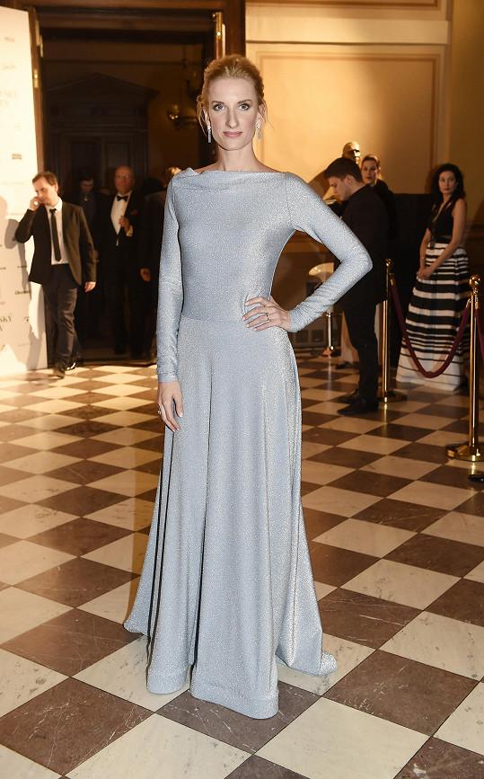 Adela Vinczeová v modelu slovenské módní návrhářky Michaely Luptákové a také se šperky Cartier.