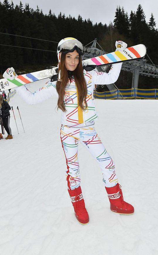 Sníh nebyl skoro žádný, byla práce najít ho aspoň trochu na pózování s lyžemi.