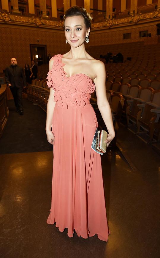 Barbora Mottlová oblékla šaty, které by se hodily spíš na ples.