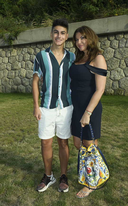 Bývalá vicemiss ČR Andrea Tatarková dorazila jako reportérka a přivedla i syna, začínajícího zpěváka Andrého.