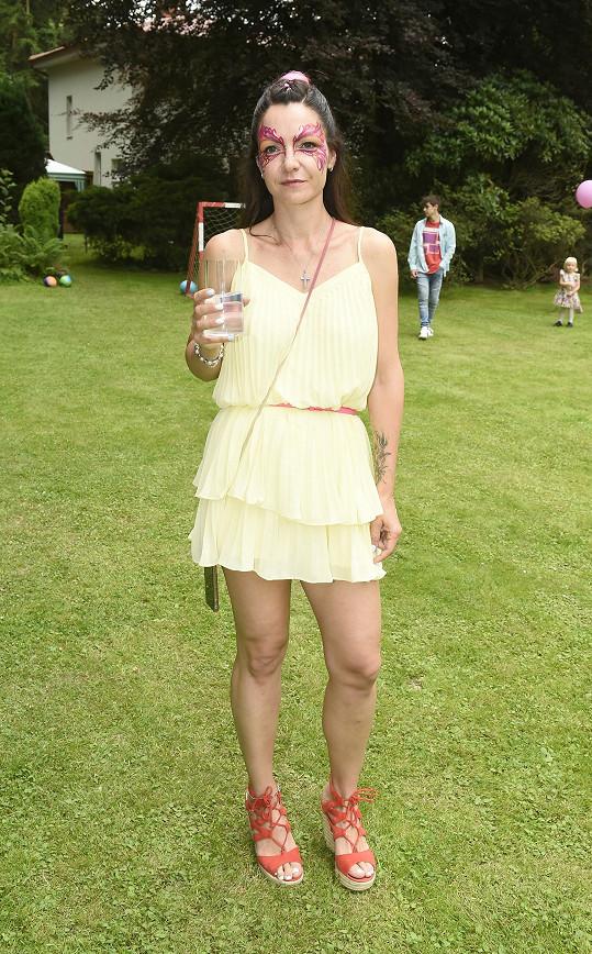 Alice na garden párty na jejich zahradě u Stříbrné Skalice