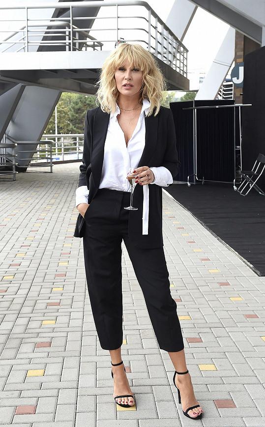 Pánský styl u Simony Krainové nenudí, a to modelka ani nezvolila žádný výrazný prvek. Tříčtvrteční kalhoty hrají u tohoto outfitu hlavní roli a vše pak už jen dotahuje černobílá kombinace.