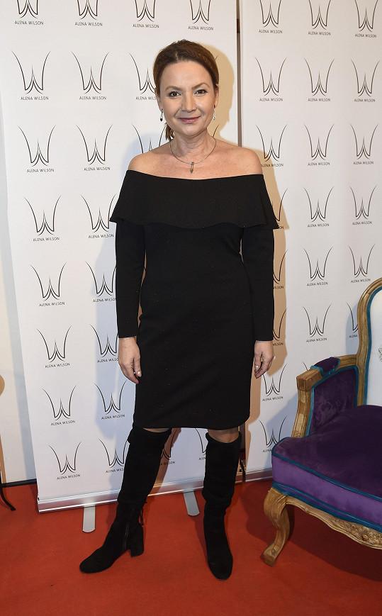 Jolana v modelu od Aleny Wilson na její vánoční módní přehlídce