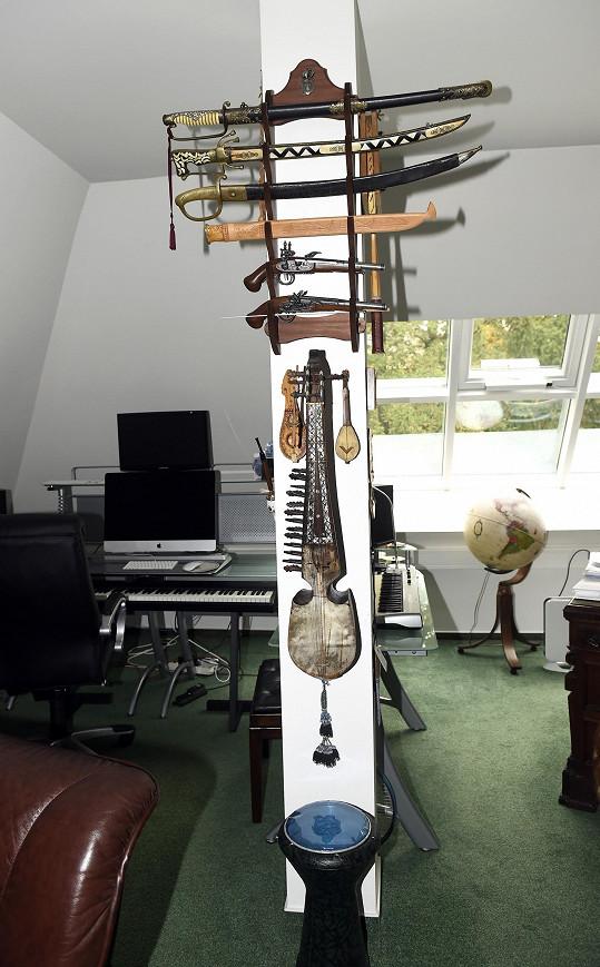 Leškova pracovna, kde vznikají jeho nejen hudební projekty.