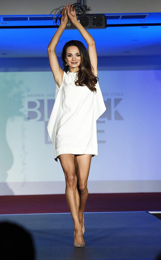 V šatech Andrey Verešové předvedla krásné štíhlé nohy.