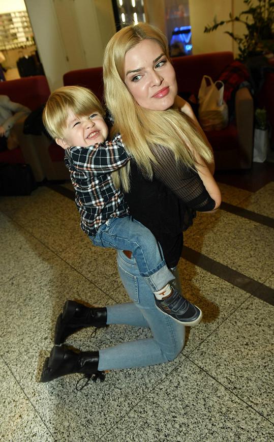 Už tři roky je šťastnou maminkou velmi energického syna Matýska.