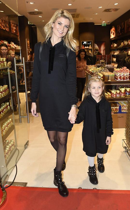 Iveta Vítová s dcerou Anetkou vyrazily na mikulášskou besídku.