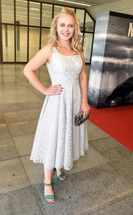 Júlia Vidrnáková v Nabarveném ptáčeti také hraje.