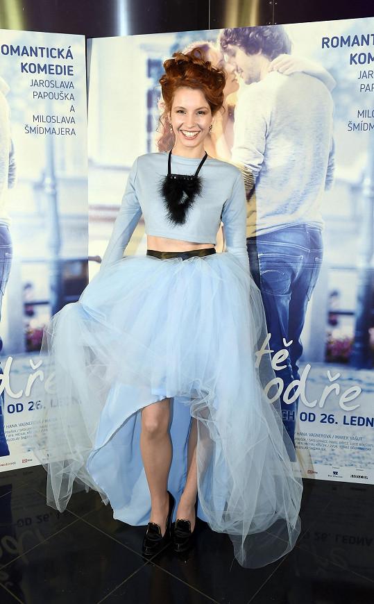 Oblékla si modré šaty jako pro baletku.
