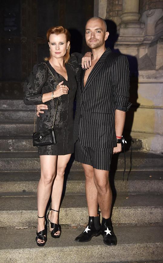 Stylista Jan Pokorný oblékl Jitku Schneiderovou do kontrastu. Minišaty s rukávy z konfekce H&M doplnil šperky a kabelkou Bulgari.