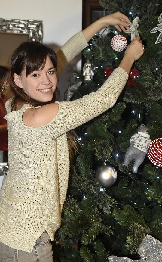Karolina Gudasová už se vrhla na vánoční výzdobu.