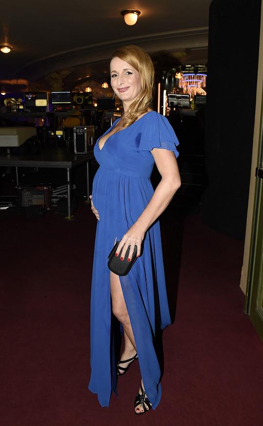 I s těhotenským bříškem vypadala v šatech od Petry Brzkové stokrát lépe než loni.