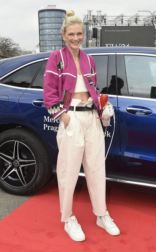 Přehlídku Zuzana sledovala z auta v drive-in kině.