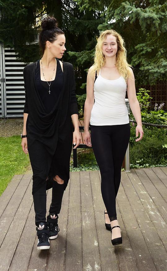 Katka učila dívky, jak chodit ve vysokých podpatcích po mole.