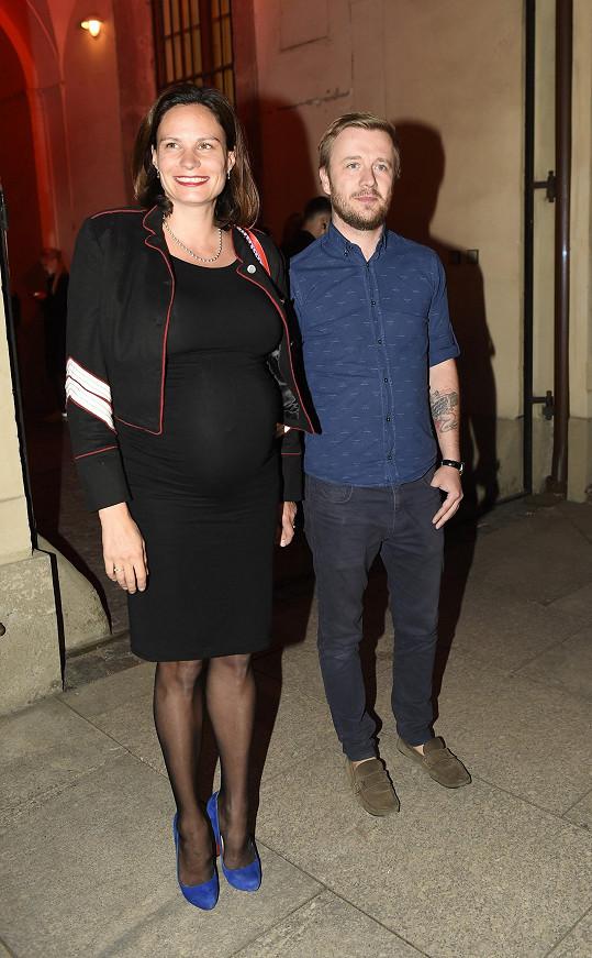 V 7. měsíci těhotenství se Elišce Kaplicky Fuchsové úží možnosti. Zvolila klasiku v podobě přiléhavých mini, přes kterou přehodila husarský kabátek. Semišové lodičky v modré barvě jsou ale mimo.