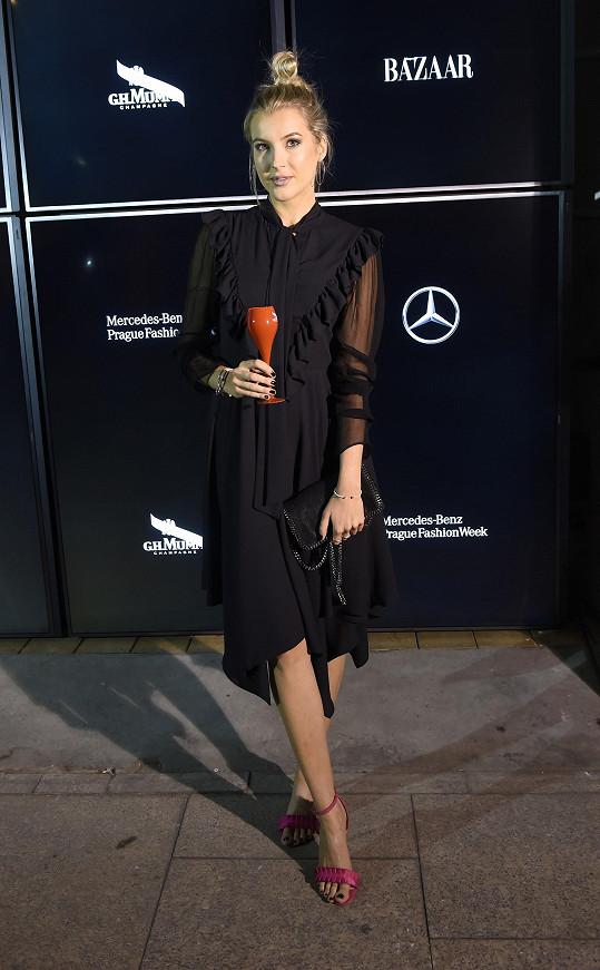 Černé splývavé šaty v retro střihu a kabelka Stella McCartney si zasloužily odvaz v podobě výrazného akcentu bot, což Jitka Nováčková pochopila.