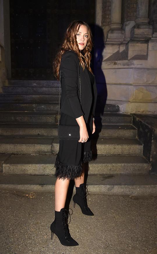 Šaty Yves Solomon s okraji zdobenými rajčím peřím doplnila Kateřina Sokolová obutím Gianvito Rossi. Černá kabelka Chanel na řetízku konvenovala s outfitem.
