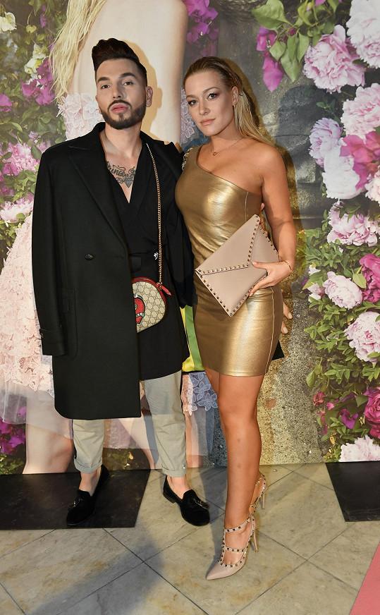 Dominika se stylistou Samem, který jí radí v oblékání.