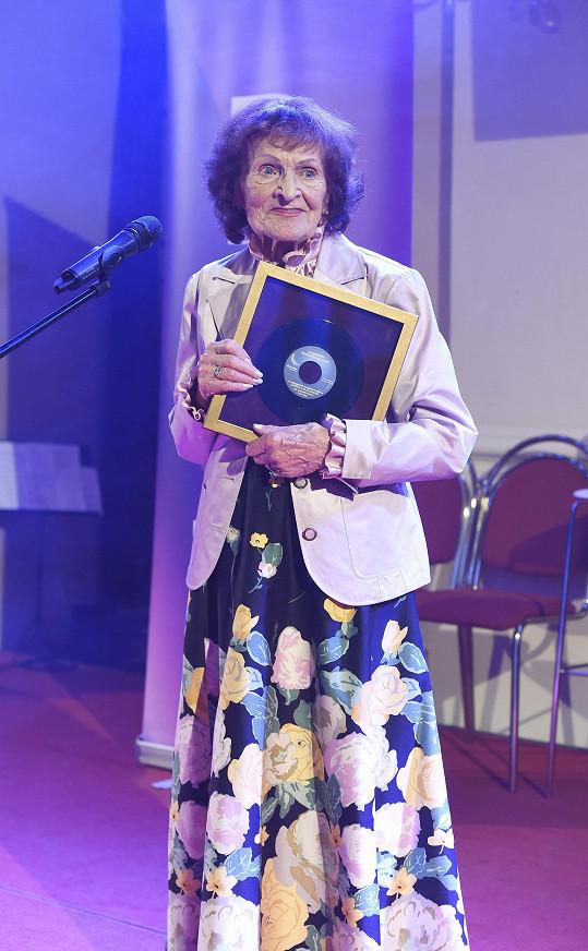 Ocenění za celoživotní dílo převzala textařka Jiřina Fikejzová.