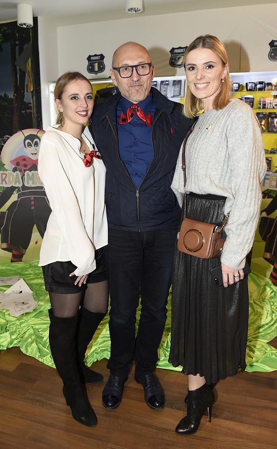 Lešek s manželkou Halinou Mlynkovou (vpravo) a dcerou Magdalenou, která si ve Ferdovi také zahraje.