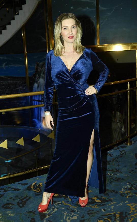 Své silikonové pětky vystavila v modrých šatech s velkým výstřihem.