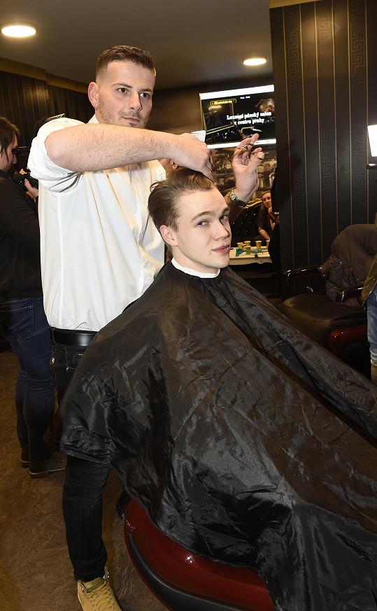 Vlasy mu rostou prý hrozně rychle.