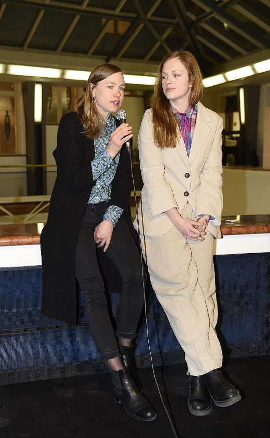 Ester a Josefína na zahájení designérské přehlídky Fashion is Life