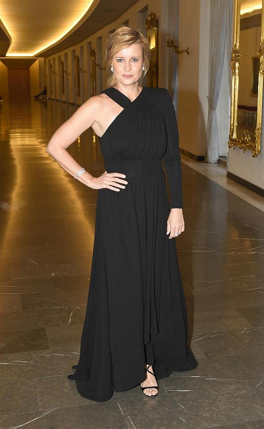 Schneiderová oblékla černou róbu s asymetrickým řešením z módního domu Givenchy.