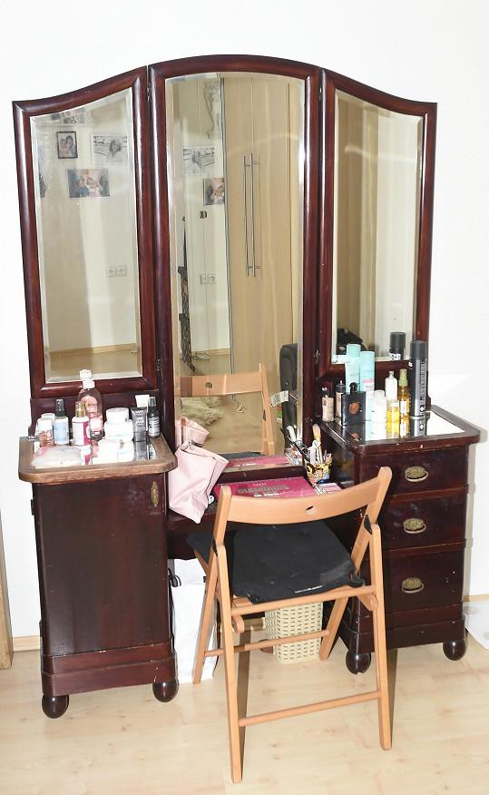 V ložnici má zpěvačka také velký toaletní stolek.