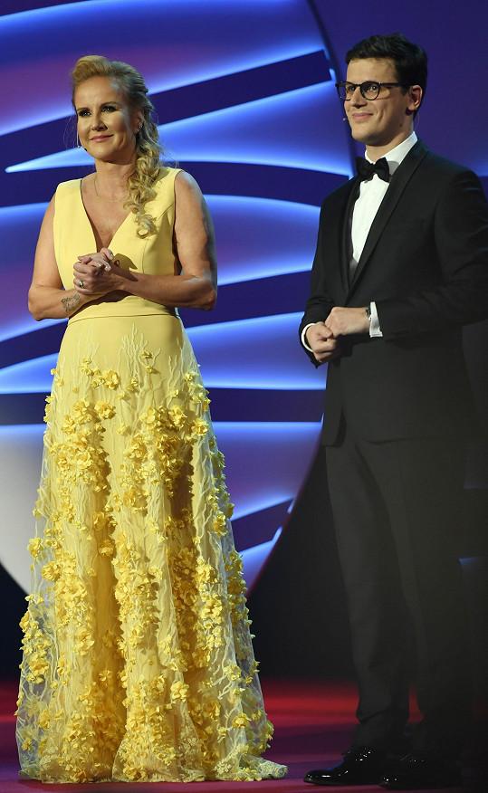 Ve druhé půli večera se převlékla do žlutých šatů od Taťány Kovaříkové