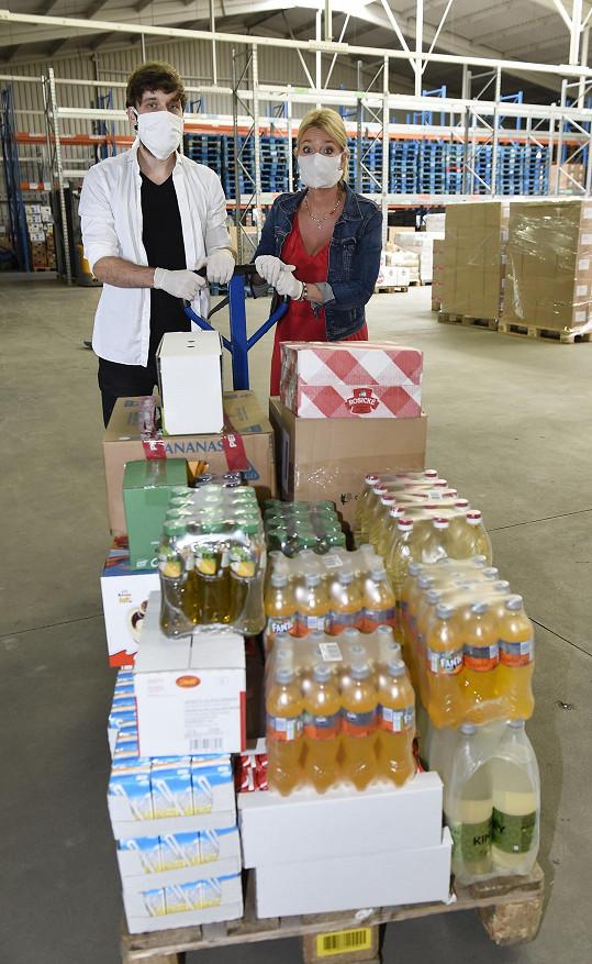 Roman a Lucie ve skladu, odkud odváželi potravinovou pomoc potřebným.