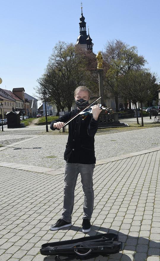 Pavel nám zahrál na náměstí v Říčanech.