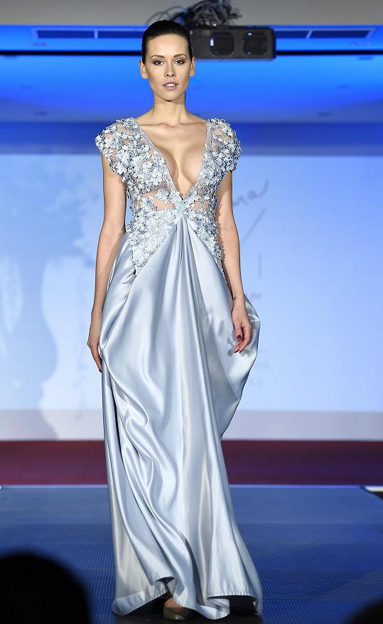 Kateřina v modelu návrhářky Zuzany Lešák Černé vystavila své dokonalé vnady.