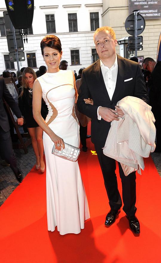 Jana Doleželová na loňském karlovarském filmovém festivalu. Na snímku s partnerem a otcem Veroniky Davidem Trundou